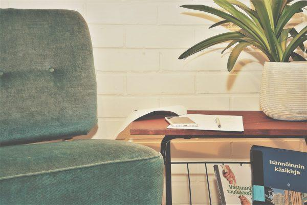 Valokuva Virran toimistolta, sohva ja isännöinnin käsikirja